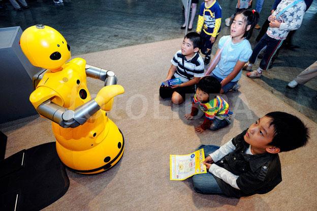 Giáo viên robot đọc suy nghĩ học sinh