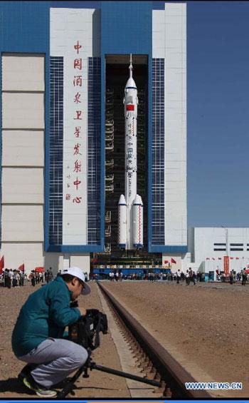 Đường ray đưa Thần Châu 9, tên lửa đẩy đến bệ phóng.