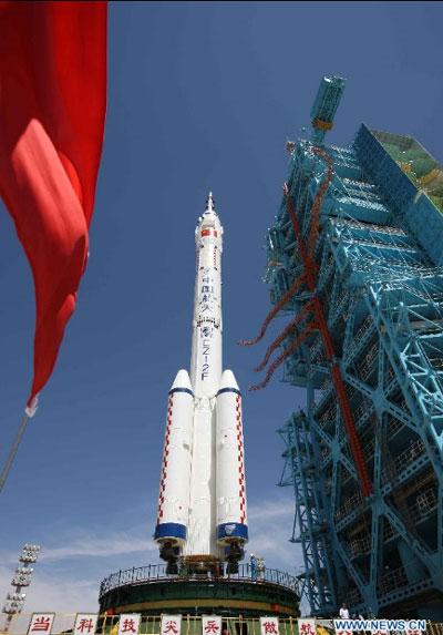 Thần Châu 9 và tên lửa đẩy đã sẵn sàng trên bệ phóng.