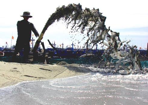 Khai thác cát biển ở khu vực gần bờ để trồng hành, tỏi đang gây ảnh hưởng lớn đến môi trường sinh thái huyện đảo Lý Sơn(Quảng Ngãi).