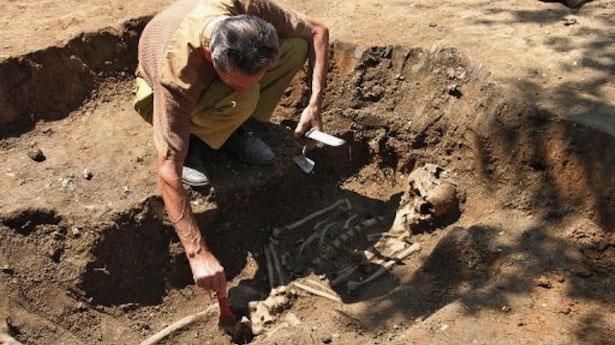 Nhà khảo cổ học đang lau chùi bộ xương vừa được khai quật tại một thành phố vùng Veliko Tarnovo, Bulgary.
