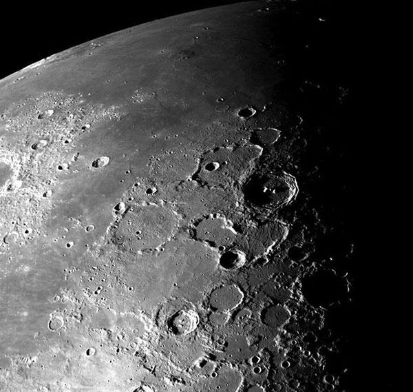 Hé lộ về nửa tối bí mật của Mặt trăng