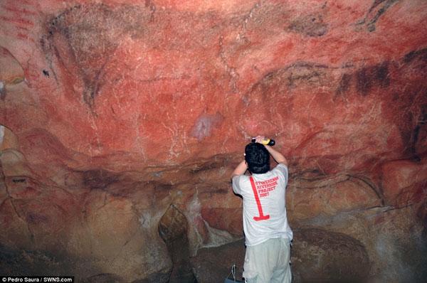 Những nét vẽ xuất hiện trên vách đá bên trong hang động miền tây Tây Ban Nha.
