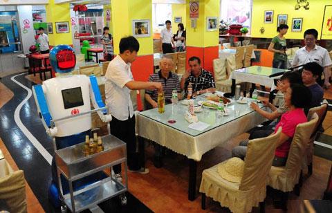 Người máy bồi bàn ở Trung Quốc