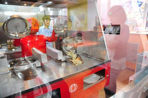 Robot có tên Tiểu Hồng đang chuẩn bị một món ăn để bưng lên cho khách.