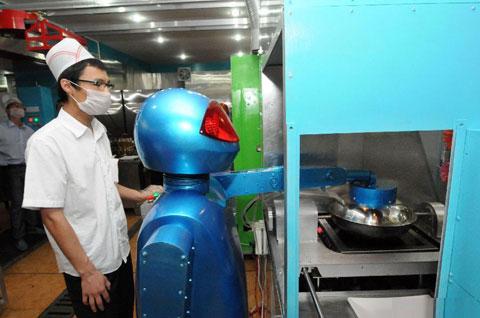 Còn chú robot Tiểu Lam thì trực tiếp thao tác món om trên bếp.