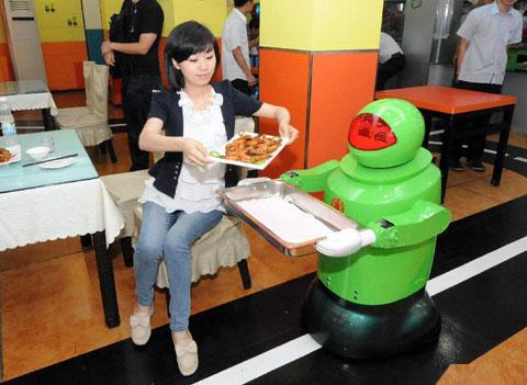 Người máy có tên Tiều Lục mang đồ ăn đến cho khách. Sự phong phú và linh hoạt của những người máy khiến khách hàng trầm trồ khen ngợi, thán phục nhà chế tạo.