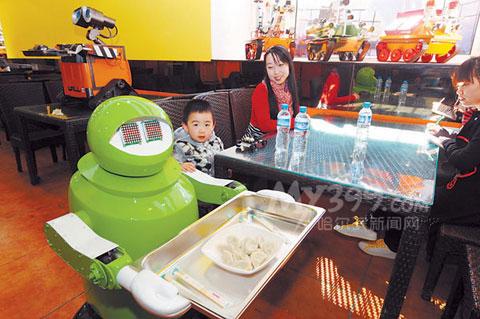 Ngay từ ngoài cửa, những chú robot ở nhà hàng còn biết nói và cúi đầu mời khách hàng vào dùng bữa.