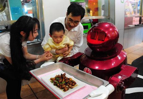 Những chú robot tưởng chỉ có thể thấy trên phim ảnh nay xuất hiện ngay trong thành phố khiến những em bé rất thích thú.