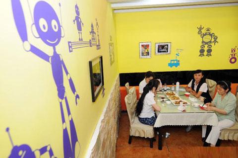 Không gian nhà hàng cũng trang trí chủ đề robot ngộ nghĩnh, vui tươi.