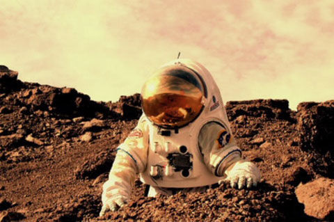 Loài người nên di cư lên sao Hỏa không? Để xác định có thể sống trên sao Hỏa không, chúng ta cần bay đến tận nơi để kiểm chứng thực tế. Ngay từ năm 1969, NASA đã có kế hoạch tới 1981 sẽ đổ bộ sao Hỏa, tới 1988 xây dựng trạm nghiên cứu tại đó. Cho đến nay kế hoạch đó chưa thành hiện thực do còn có quá nhiều khó khăn. Tuy vậy, cũng có thể một ngày nào đó, loài người sẽ lên sao Hỏa và biết đâu còn sinh sống được trên đó.