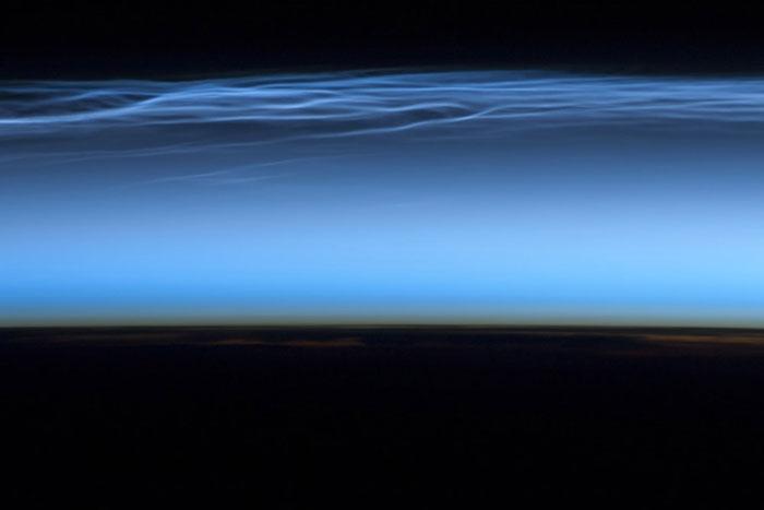 Tầng mây dạ quang trong bức ảnh mà một phi hành gia chụp từ ISS và được công bố hôm 25/6.