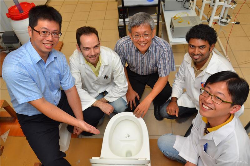 Sản xuất điện và phân bón từ toilet