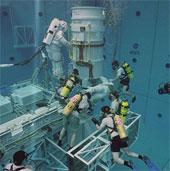Phi hành gia tập bay trong bể bơi lớn nhất thế giới