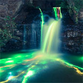 Thác nước phát sáng như cầu vồng độc đáo, khó tin