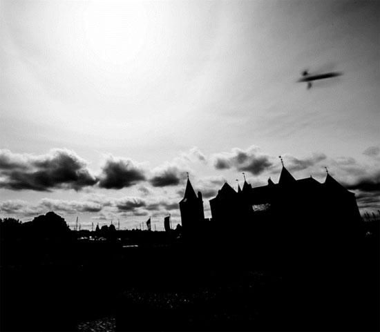 """Bức ảnh ma quái chụp """"UFO"""" trên lâu đài Trung cổ"""