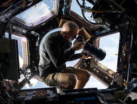 Nhiếp ảnh gia tác nghiệp trong vũ trụ