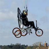 Video: Xe đạp bay nhờ dù