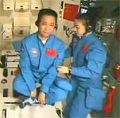 Nữ phi hành gia Trung Quốc giảng bài trong vũ trụ