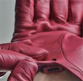 Nói chuyện điện thoại qua găng tay