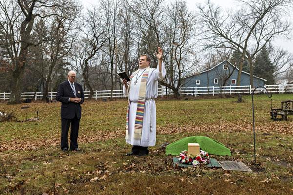 Sau khi hỏa táng, tro người đã khuất thường được cha giáo làm lễ.