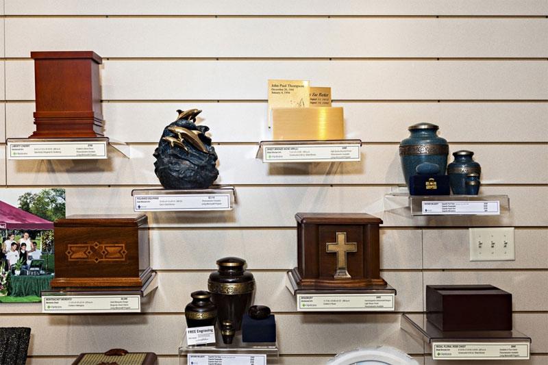 Những hộp tro người đã khuất được lưu trữ trong nhà thờ.