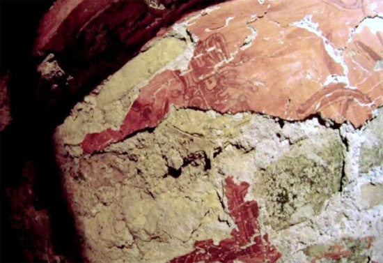 Có 9 họa tiết trang trí hình người trên các bức tường của ngôi mộ