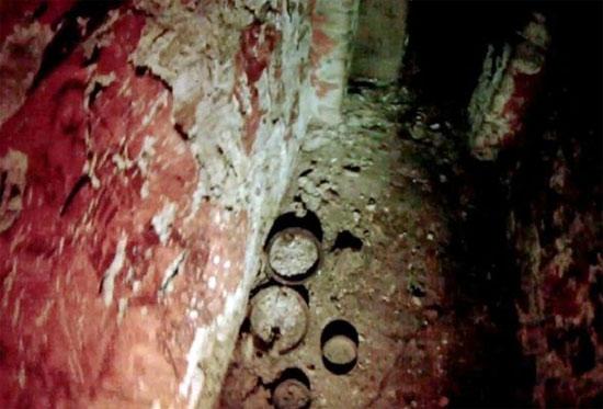 Những mảnh gốm còn sót lại trên nền nhà.