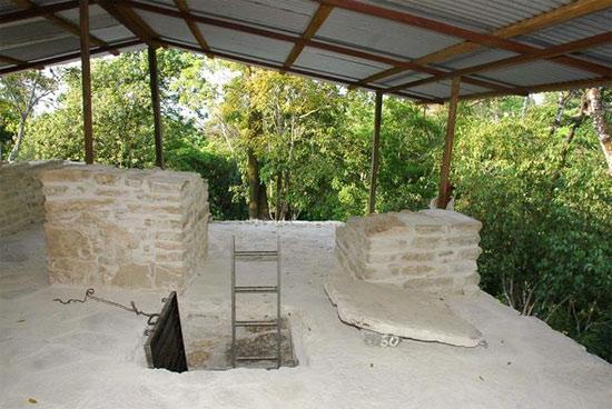 Một mái nhà hiện đại được dựng lên để bảo vệ ngôi mộ, nằm sâu 5 m bên dưới miệng lỗ ở trên đỉnh tháp.