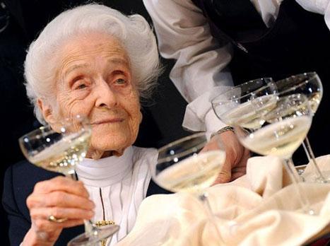 """Chuyện """"Nobel gia"""" 102 tuổi vẫn làm khoa học"""