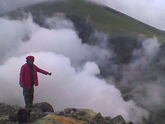Núi lửa Indonesia thức giấc, phun khói cao 5.000m