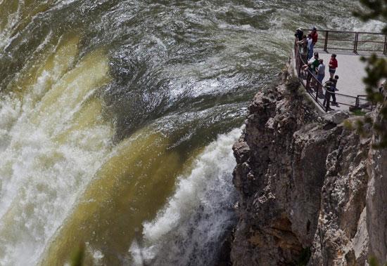 Mỹ: dầu rò rỉ dài 40km trên sông