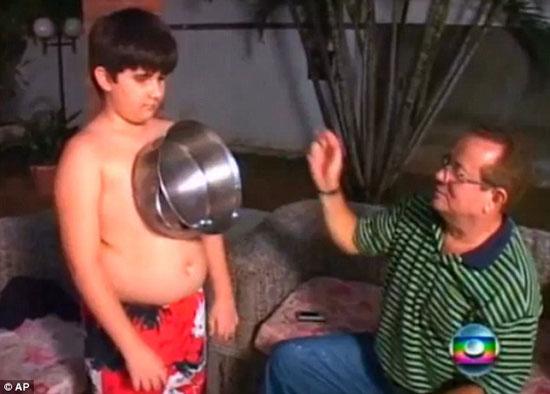 """Thêm một cậu bé có """"tài"""" hút dính kim loại"""