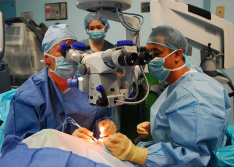 Ca phẫu thuật ghép hai chân đầu tiên trên thế giới
