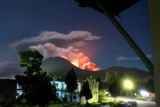 Núi lửa Indonesia phun khói hàng trăm mét