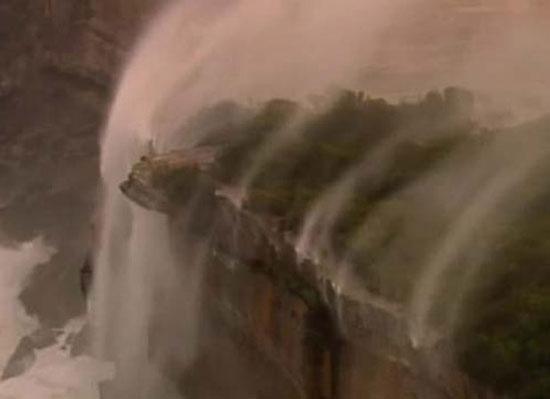 """Thác nước """"chảy ngược"""" ở Sydney"""