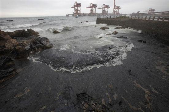 Dầu ngoài khơi Trung Quốc tràn vào bờ