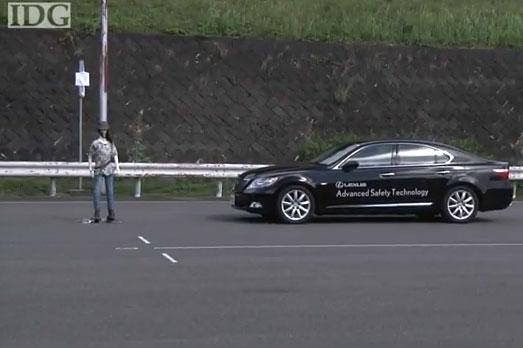 Hệ thống an toàn của Toyota có thể cảm nhận người đi bộ, tránh tai nạn