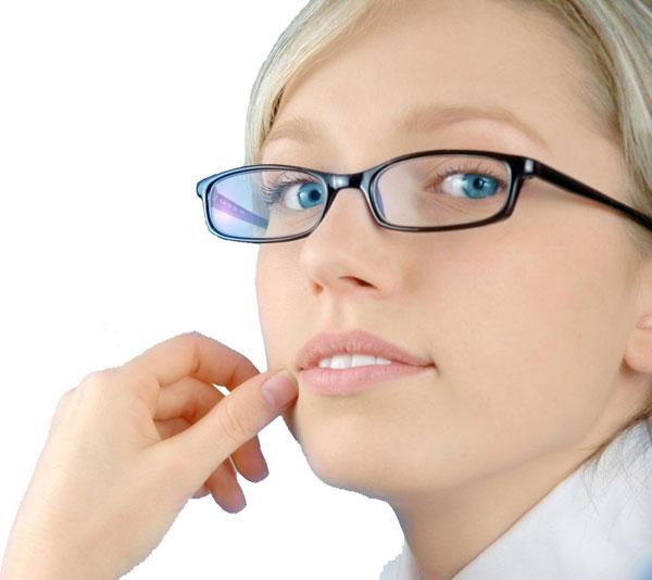Tại sao nữ giới cần đeo kính nhiều hơn nam?