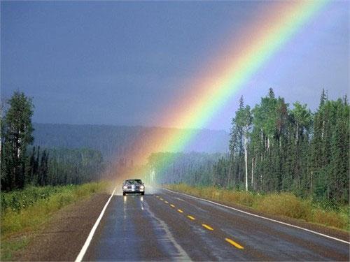 Chân cầu vồng chiếu đúng vào một chiếc ô tô đang chạy trên con đường hẻo lánh tại Bắc Mỹ. Do cầu vồng là một ảo ảnh quang học, nên thực tế nó không có điểm cuối. Thay vào đó, vị trí của cầu vồng liên tục dịch chuyển theo vị trí của người quan sát.