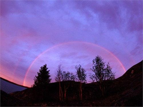 Nhờ sử dụng ống kính mắt cá, nhiếp ảnh gia đã chụp được khoảnh khắc đẹp khi mà một chiếc cầu vồng xuất hiện trên nền trời tím trên một cánh đồng hoang tại Canada. Nước khúc xạ ánh sáng, sau đó chia ánh sáng thành nhiều cung màu như đỏ, cam, vàng, xanh lá, xanh nước biển và cả màu tím.