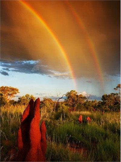 Cầu vồng kép trên đồng cỏ ở Australia. Khi tia sáng mặt trời gặp những giọt nước trong không khí, chúng sẽ bị bẻ cong. Tuy nhiên, một phần ánh sáng lại bị bẻ cong thêm một lần nữa trong các giọt nước, lúc đó cầu vồng kép sẽ xuất hiện.
