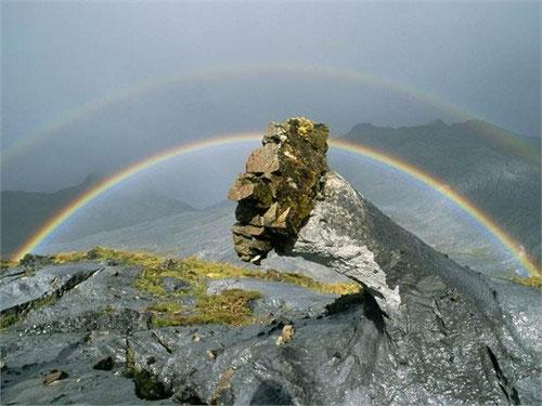 Cầu vồng tạo thành một khung vòm tuyệt đẹp bao trọn Ol Doinyo Lengai - một ngọn núi lửa ở Tanzania.