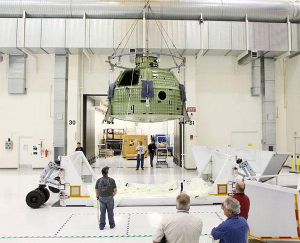 Quan chức và nhân viên kỹ thuật chào đón phiên bản thử nghiệm của tàu Orion tại Trung tâm Vũ trụ Kennedy, bang Florida hôm 2/7.