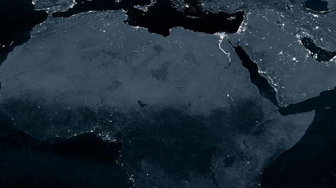 Các quốc gia thuộc thế giới thứ ba hầu như nằm trong bóng tối, ngoài một đường mòn ánh sáng từ Cairo chạy xuống sông Nile, Ai Cập