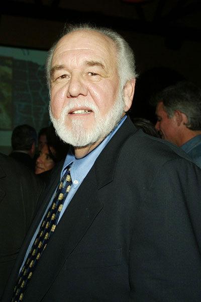 Chase Brandon, một cựu điệp viên CIA, đã mở chiếc hòm chứa tài liệu về vụ UFO ở Roswell vào năm 1947.