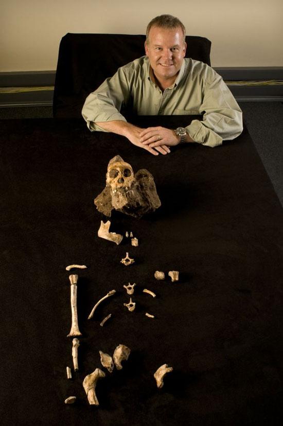 Nhà cổ sinh vật Lee Berger bên bộ xương mới khai quật được