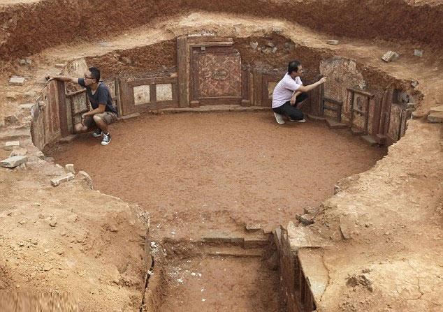 Bức tường bao quanh khu mộ có màu đỏ gạch.