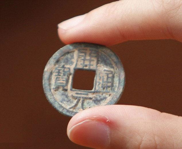 Đồng xu được tìm thấy trong khu mộ.