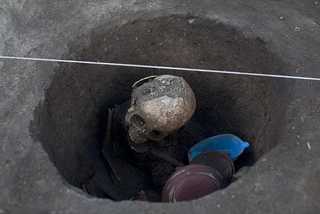 Những đứa trẻ được chôn cất cùng với những đồ cúng tế, bao gồm cả một con chó